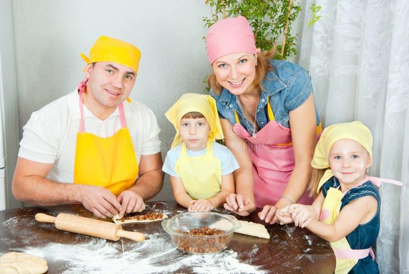 De familie treft voorbereidingen royalty-vrije stock afbeeldingen