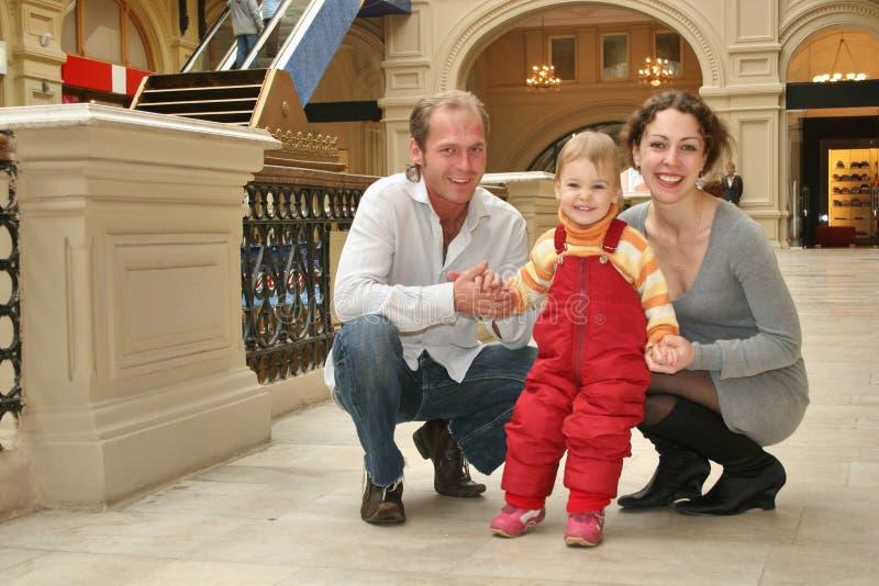 De familie van de glimlach met baby stock foto