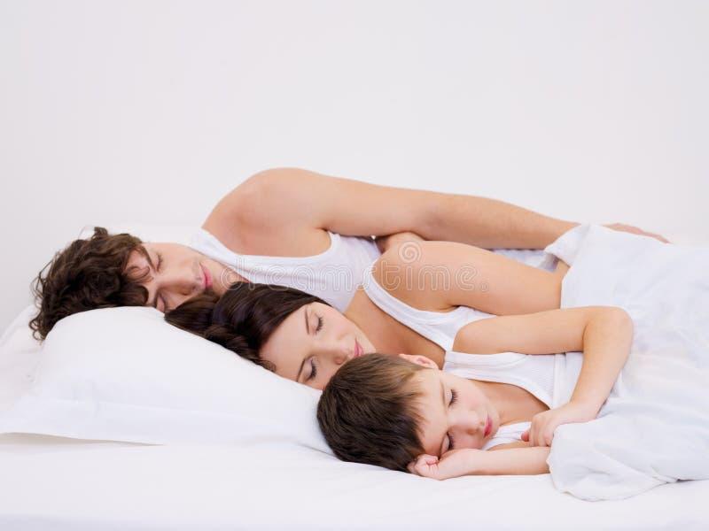 De familie van de slaap met de kleine zoon