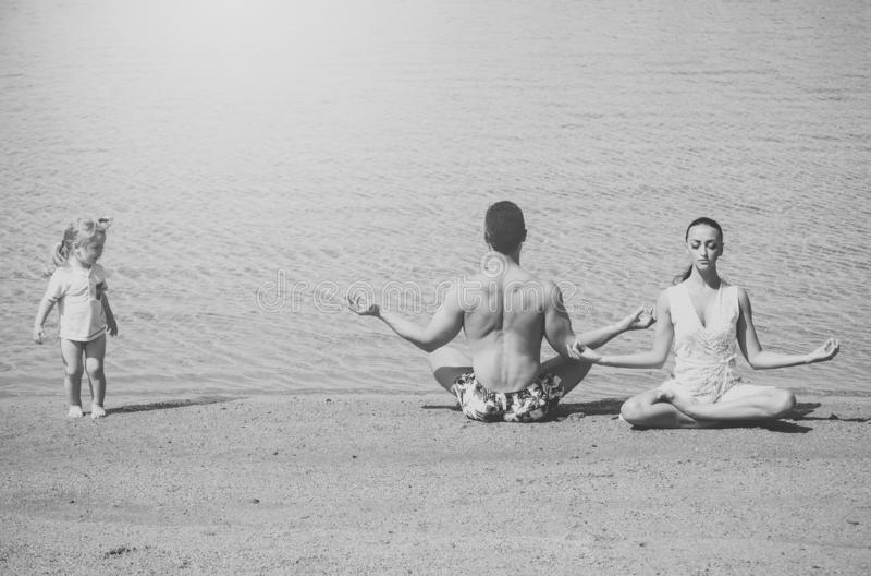 de familie van gelukkige kind, mens en vrouw die, yoga stelt de mediteren royalty-vrije stock afbeeldingen