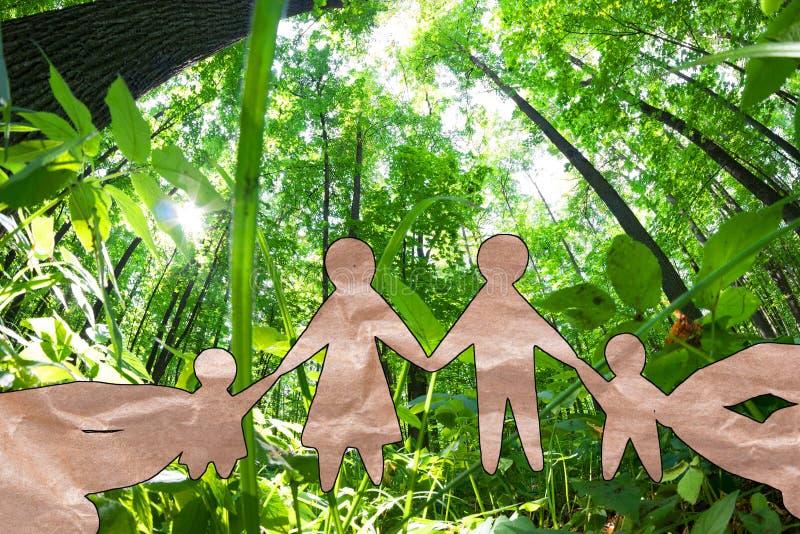 De familie van de handgreep tegen groen gebied royalty-vrije stock foto's