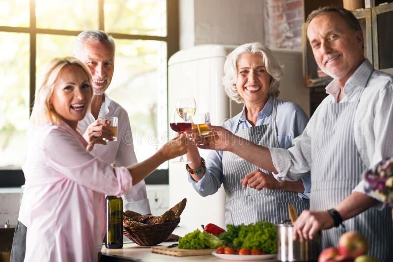 De familie van Nice het vieren samen in de keuken stock afbeeldingen