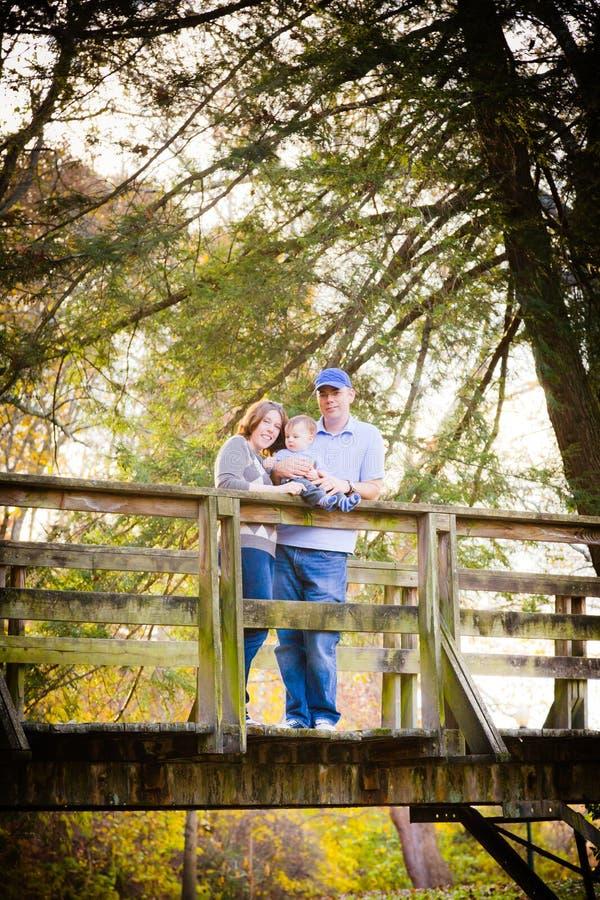 Familie Op Een Brug Stock Afbeelding Afbeelding Bestaande