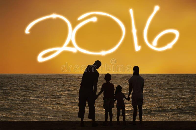 De familie viert nieuw jaar van 2016 bij kust royalty-vrije stock foto's