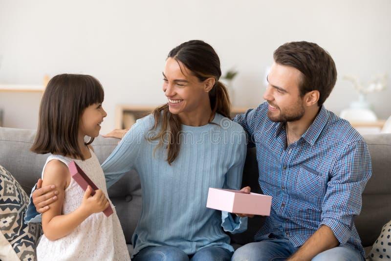 De familie viert vakantiezitting thuis op laag royalty-vrije stock afbeeldingen