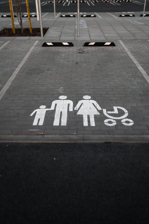 De familie wijdde teken - Lege parkeerterreinen tijdens Gouden Uurzonsondergang op een populair typisch Winkelend centrum stock fotografie