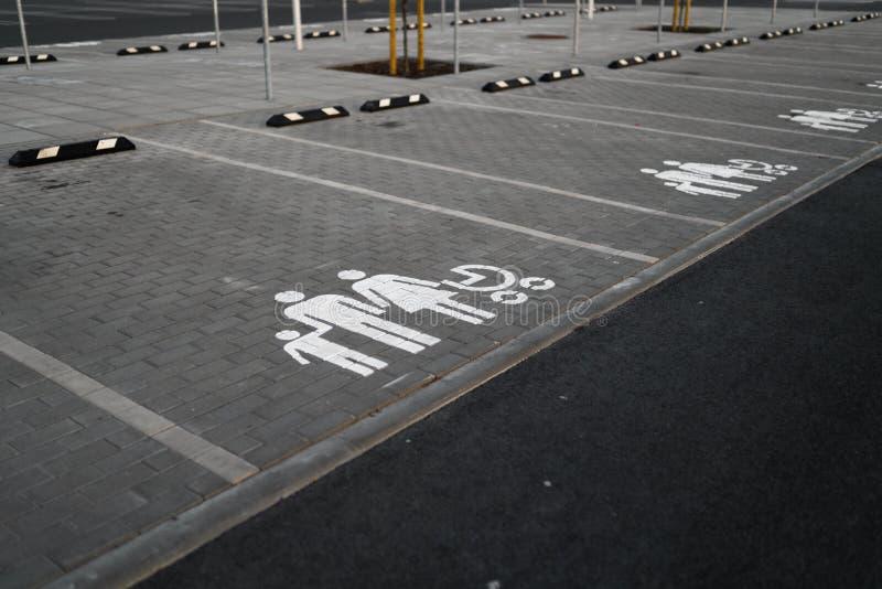 De familie wijdde teken - Lege parkeerterreinen tijdens Gouden Uurzonsondergang op een populair typisch Winkelend centrum stock foto's