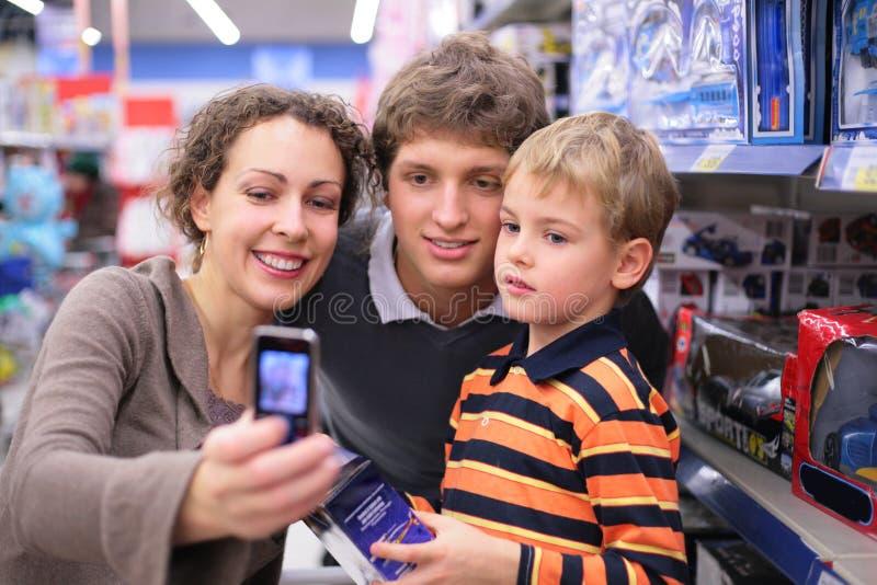De familie wordt gefotografeerd in winkel royalty-vrije stock afbeeldingen