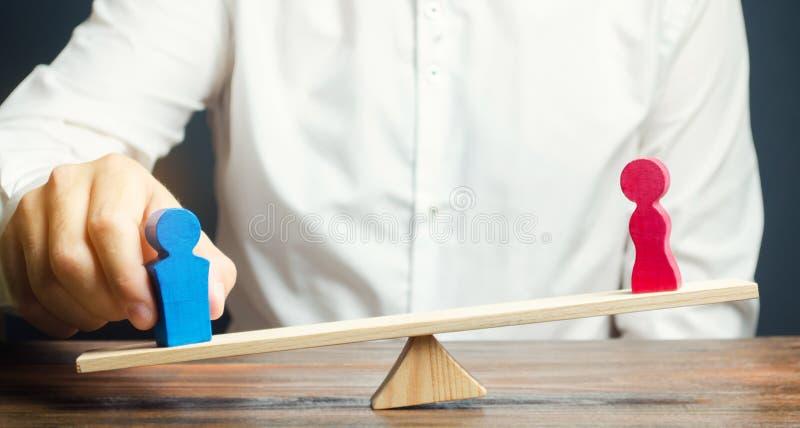 De familieadvocaat deelt het cijfer van een man en een vrouw op schalen Het concept scheiding en afdeling van bezit solving stock afbeelding