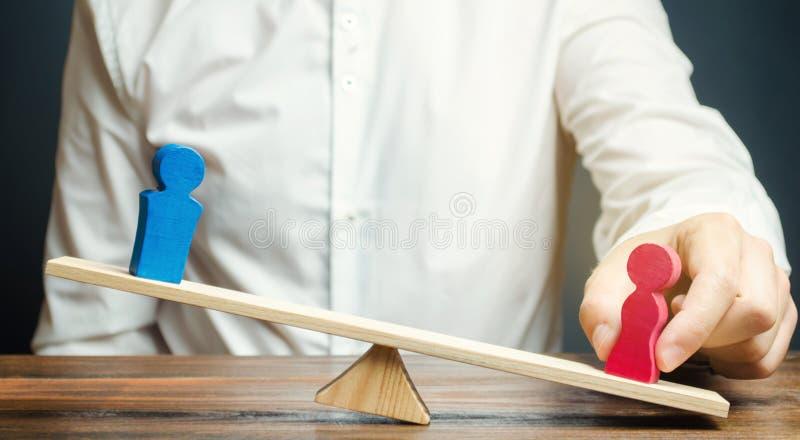 De familieadvocaat deelt het cijfer van een man en een vrouw op schalen Het concept scheiding en afdeling van bezit solving royalty-vrije stock afbeeldingen