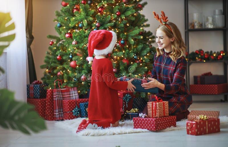 De familiemoeder en open kind de dochter stellen op Kerstmismo voor stock afbeelding
