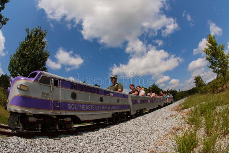 De families berijden Realistische Miniatuurtrein in Georgia Railroad Museum royalty-vrije stock foto's