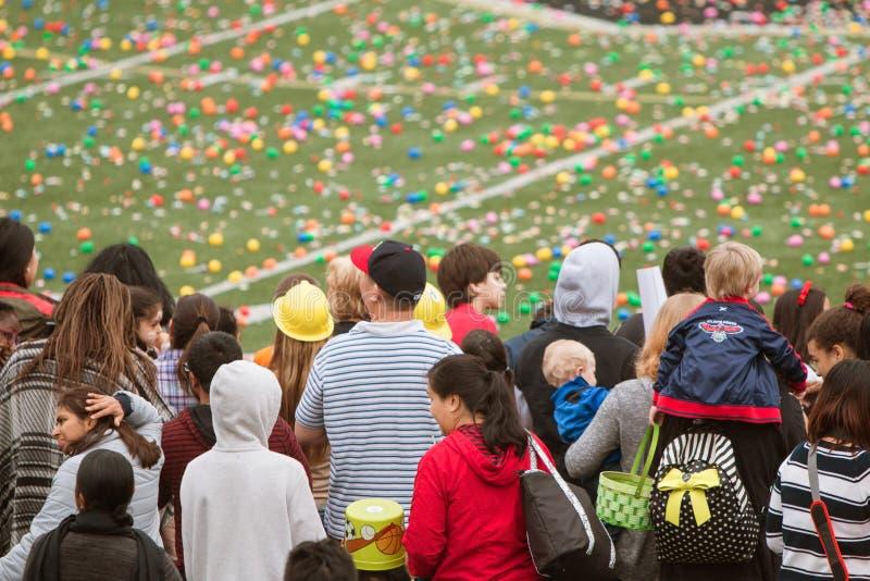 De families wachten op Begin van Massieve Communautaire Paaseijacht stock foto