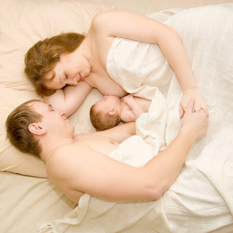 De familieslaap van Nice samen royalty-vrije stock foto