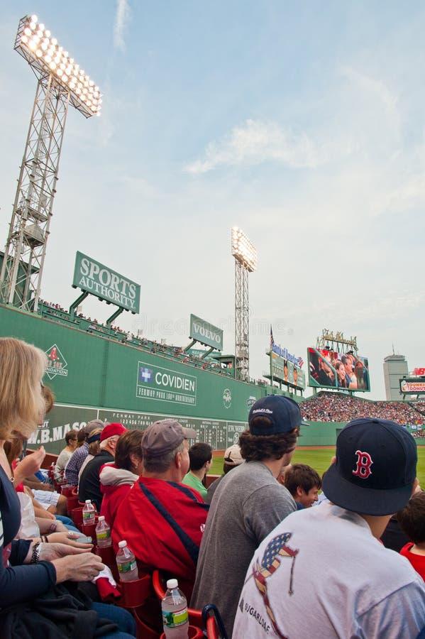 De fans letten op een Rood spel Sox stock afbeeldingen
