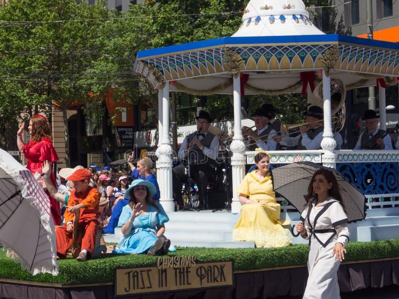 De fantasievlotters 'Jazz in het park 'presteren in de parade van het Kerstmisspectakel van Credit Union van 2018 royalty-vrije stock foto