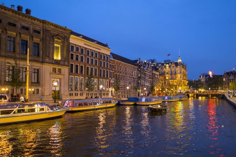 De fantastiska kanalerna i Amsterdam - som är härlig på natten - AMSTERDAM - NEDERLÄNDERNA - JULI 20, 2017 fotografering för bildbyråer