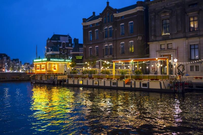 De fantastiska kanalerna i Amsterdam - som är härlig på natten - AMSTERDAM - NEDERLÄNDERNA - JULI 20, 2017 royaltyfria bilder