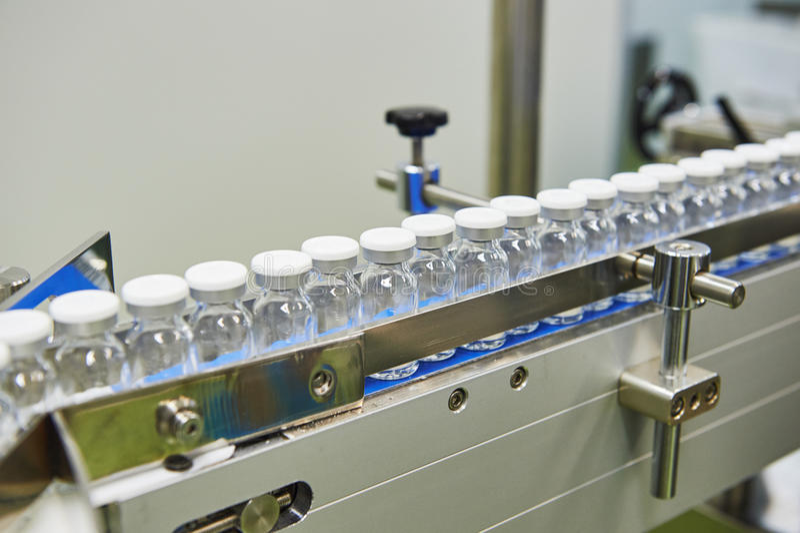 De farmaceutische productielijn van glasflessen royalty-vrije stock foto