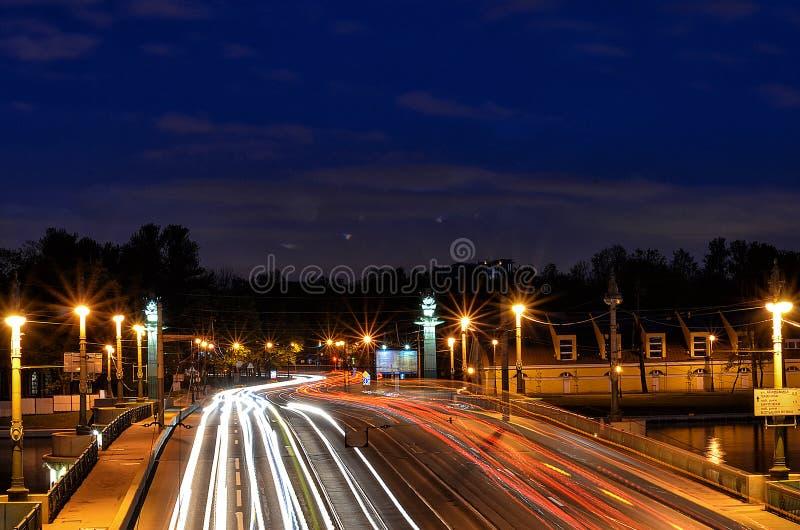 De fascinerande ljusen av nattstaden av St Petersburg royaltyfri fotografi
