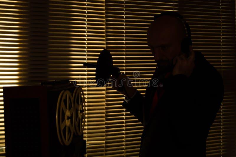 De FBIgeheimagent luistert en registreert gesprek 1 stock afbeeldingen