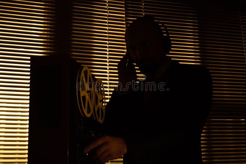 De FBIgeheimagent luistert en registreert gesprek 5 stock foto