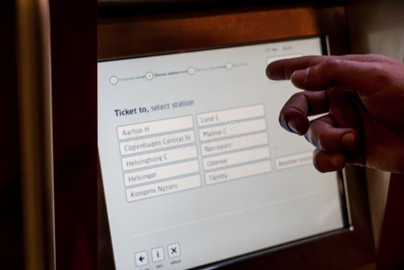 18 de febrero de 2019 Aeropuerto de Kastrup dinamarca copenhague Esquina automática del boleto a conectar con el transporte públi imagen de archivo libre de regalías