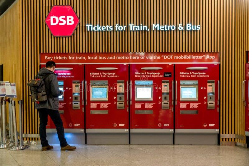 18 de febrero de 2019 Aeropuerto de Kastrup dinamarca copenhague Esquina automática del boleto a conectar con el transporte públi fotografía de archivo libre de regalías