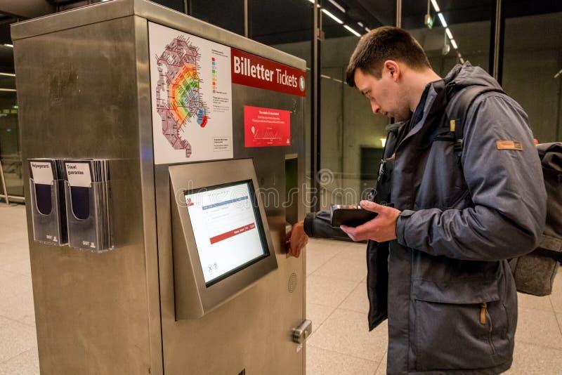 18 de febrero de 2019 Aeropuerto de Kastrup dinamarca copenhague Esquina automática del boleto a conectar con el transporte públi fotografía de archivo