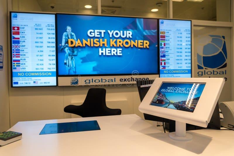 18 de febrero de 2019 Aeropuerto de Kastrup dinamarca copenhague Tienda global del intercambio de moneda fotografía de archivo libre de regalías