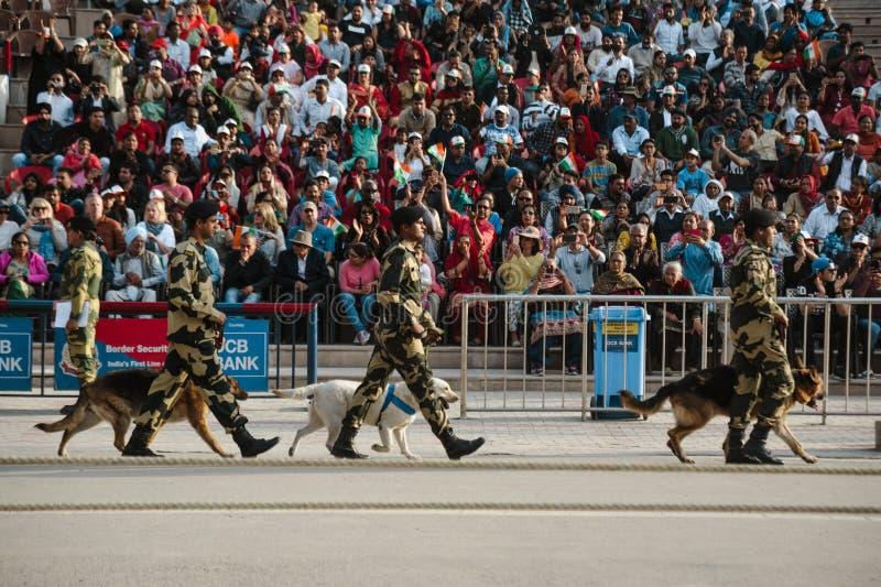 26 de febrero de 2018 Amritsar, la India demostración de la frontera de la India Paquistán wagah fotografía de archivo