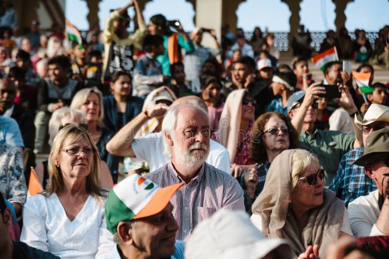 26 de febrero de 2018 Amritsar, la India muchedumbre de turistas europeos blancos en la demostración de la frontera de la India P imágenes de archivo libres de regalías