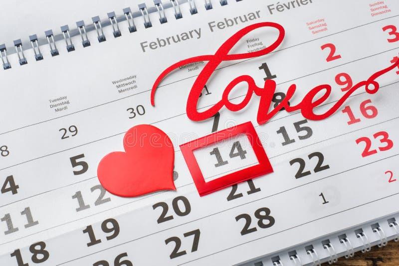 14 de febrero calendario Concepto del día de tarjeta del día de San Valentín, corazones rojos y amor de la palabra fotos de archivo