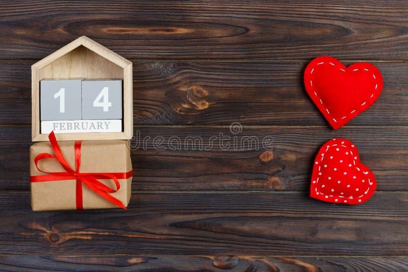 14 de febrero calendario de madera con la caja roja del corazón y de regalo en tarjeta superior del día del ` s de la tarjeta del imagen de archivo libre de regalías