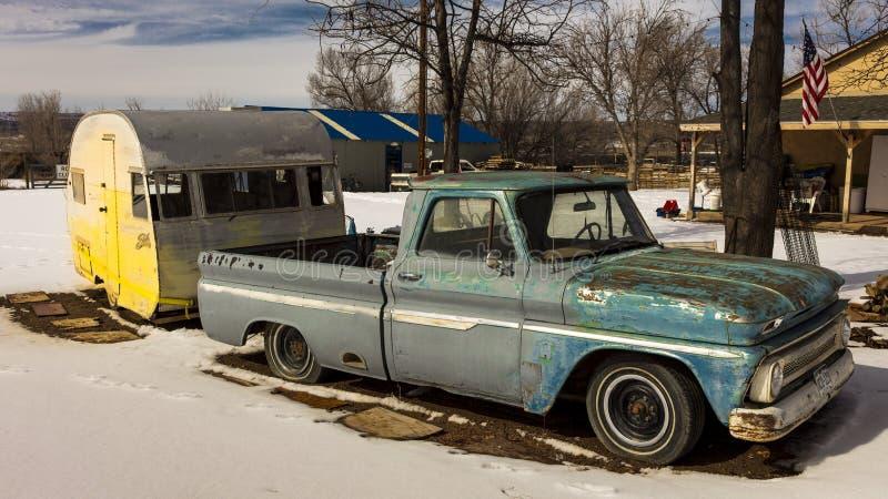 25 DE FEBRERO DE 2019 - COLORADO-UTAH - los E.E.U.U. - camioneta pickup del vintage y remolque amarillo en nieve - ?rea de Colora imágenes de archivo libres de regalías