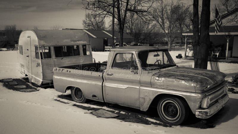 25 DE FEBRERO DE 2019 - COLORADO-UTAH - los E.E.U.U. - camioneta pickup del vintage y remolque amarillo en nieve - ?rea de Colora fotos de archivo libres de regalías