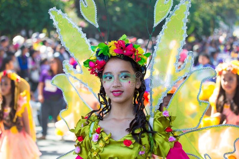 27 de febrero de 2015 Baguio, Filipinas Festival de la flor de Baguio Citys Panagbenga Gente no identificada en desfile en trajes foto de archivo libre de regalías