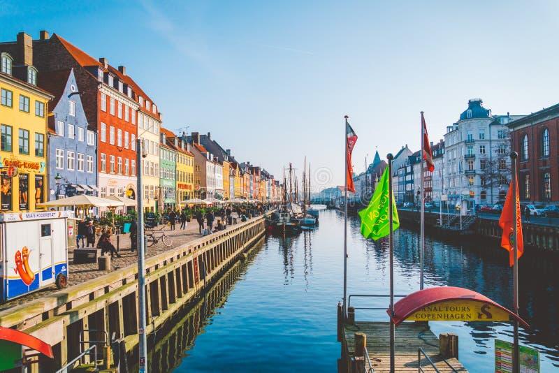 18 de febrero de 2019 Dinamarca Copenhague La calle central es una señal, el terraplén del puerto de Nyuhavn Novaya del río adent fotos de archivo