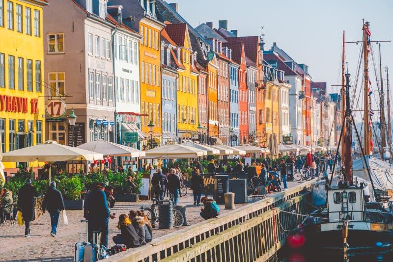 18 de febrero de 2019 Dinamarca Copenhague La calle central es una señal, el terraplén del puerto de Nyuhavn Novaya del río adent imágenes de archivo libres de regalías