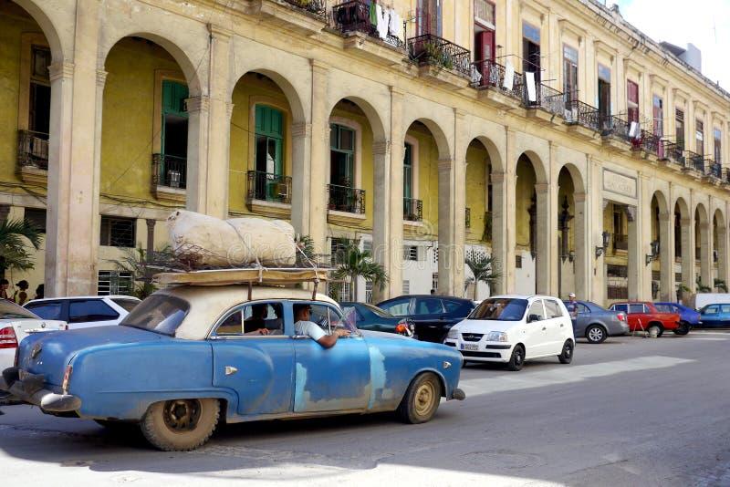 6 de febrero de 2016 - La Habana, Cuba: El coche viejo conduce a través de las calles de La Habana, Cuba fotografía de archivo libre de regalías