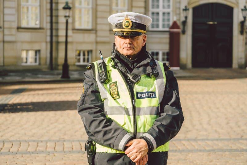 20 de febrero de 2019 Retrato de un oficial de policía de sexo masculino en un tocado POLICÍA DANESA DEL JARDÍN PARA LA LLEGADA D imagen de archivo