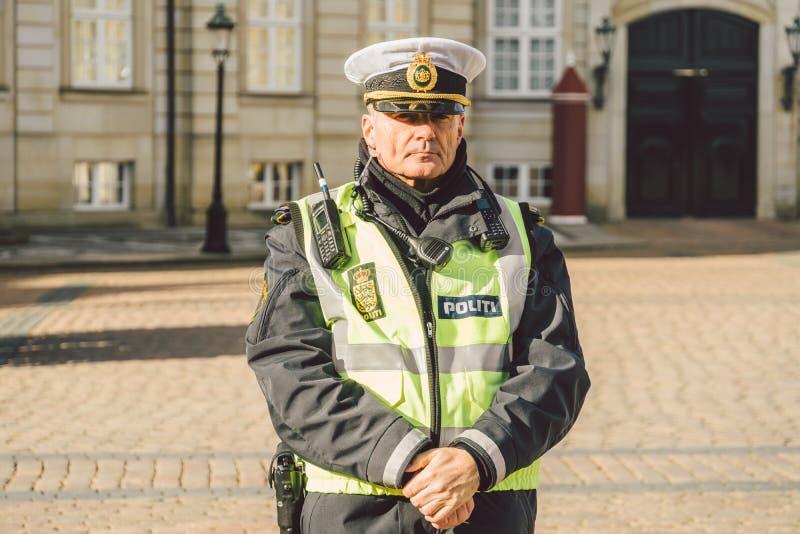 20 de febrero de 2019 Retrato de un oficial de policía de sexo masculino en un tocado POLICÍA DANESA DEL JARDÍN PARA LA LLEGADA D fotografía de archivo libre de regalías