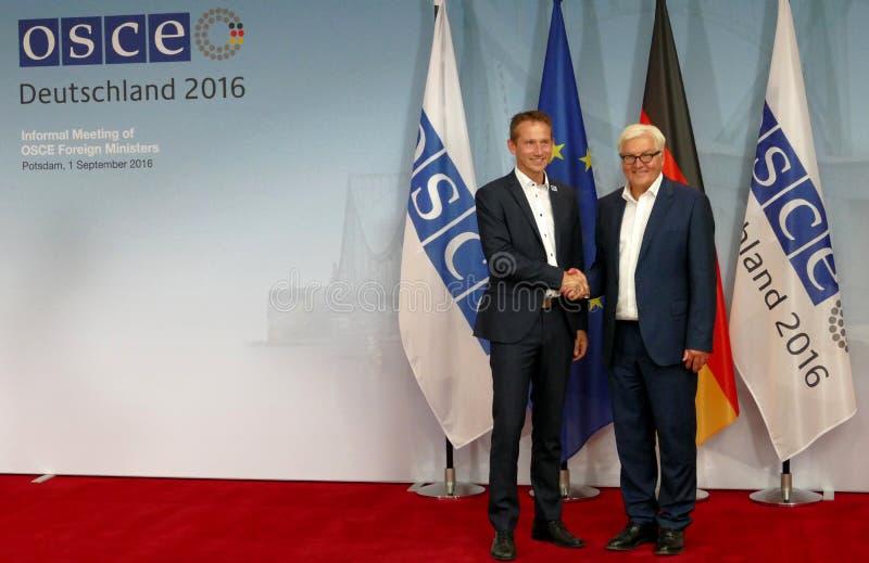 De federale Minister van Buitenlandse Zaken Dr Frank-Walter Steinmeier heet Kristian Jensen welkom stock foto