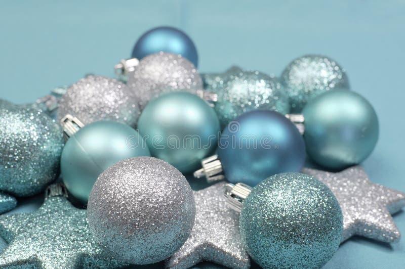 De feestelijke achtergrond van aqua lichtblauwe Kerstmis schittert snuisterijen - selectieve nadruk stock foto