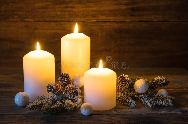 De feestelijke Achtergrond van Kerstmiskaarsen stock afbeeldingen