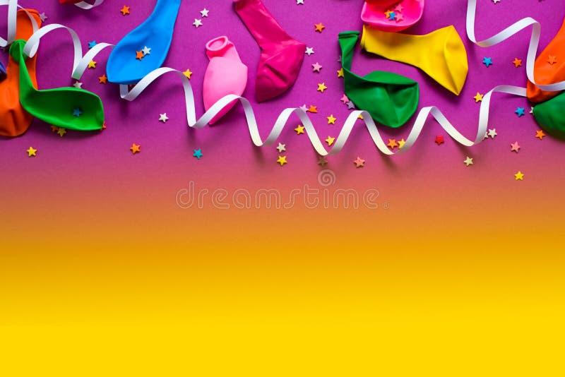 De feestelijke achtergrond van de purpere materiële kleurrijke vlakte van de de confettien Hoogste mening van ballonswimpels legt royalty-vrije stock afbeeldingen