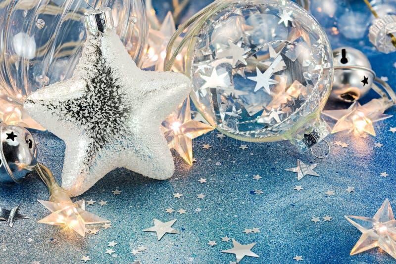 De feestelijke lichten van de Kerstmisboom, glasballen en ster op blauwe rug royalty-vrije stock foto