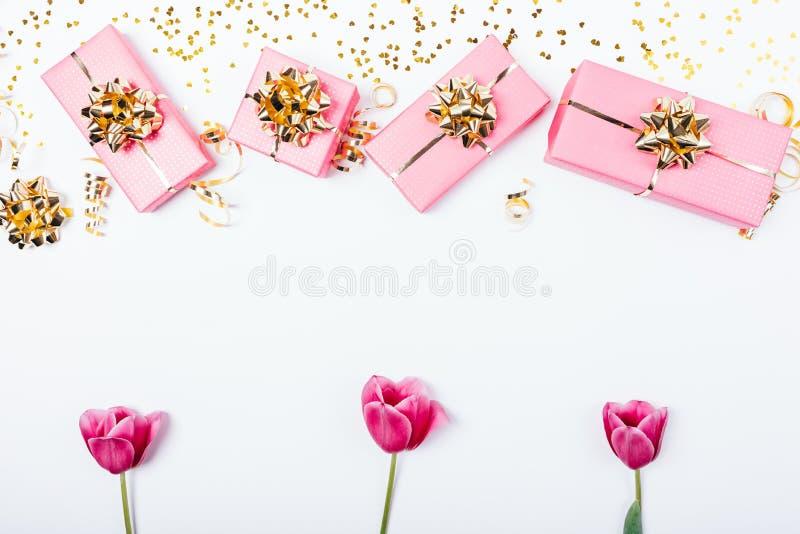 De feestelijke vlakte legt kader van roze bloeiende tulpenbloemen stock fotografie