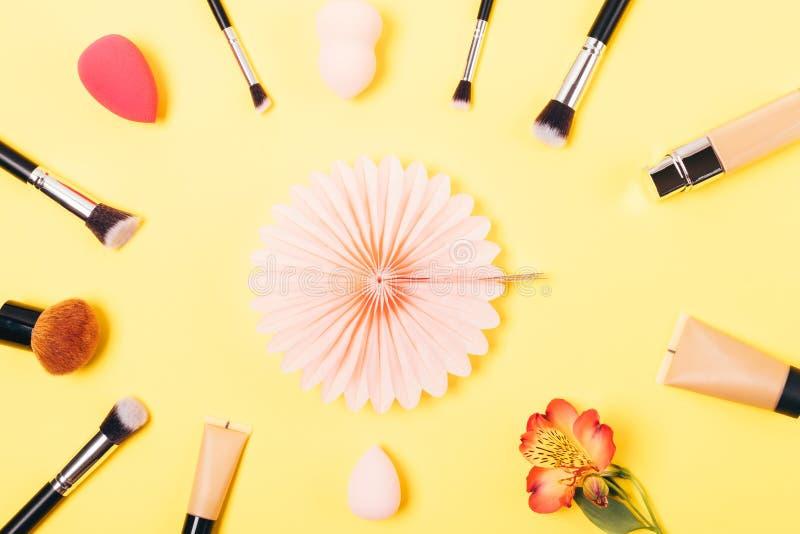 De feestelijke vlakte legt regeling van make-upproducten stock afbeelding