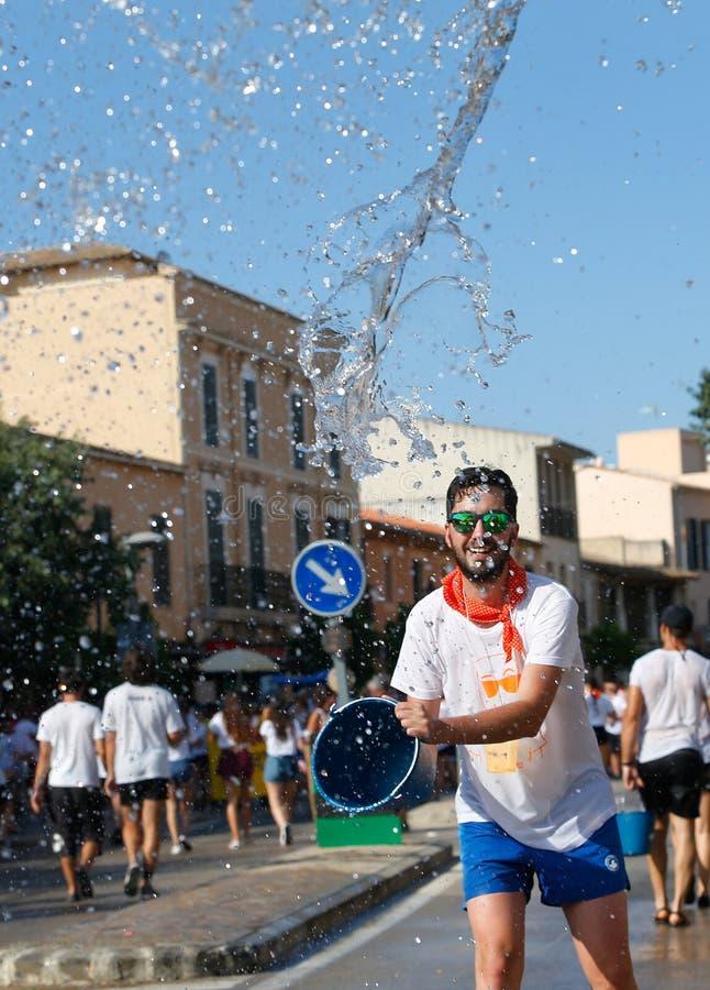 De feestneuzen tijdens water vechten in Santa Maria in de verticaal van Mallorca royalty-vrije stock afbeelding